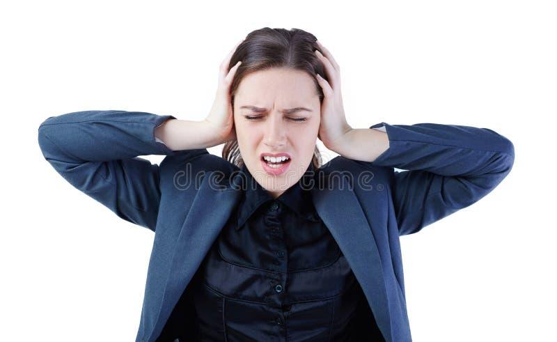 Frustrierte und betonte junge Geschäftsfrau in der Klage schloss ihre Ohren, die auf weißem Hintergrund lokalisiert wurden lizenzfreie stockfotografie