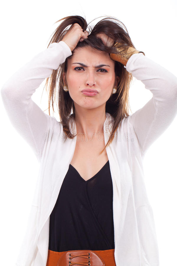 Frustrierte und verärgerte Frau, die ihr Haar zieht. stockbilder