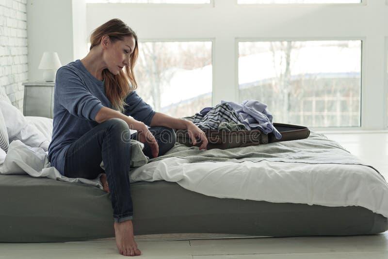 Frustrierte weibliche Person auf Bett stockfoto