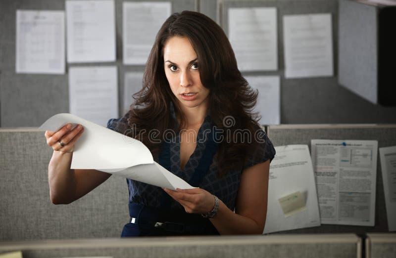 Frustrierter Frauen-Büroangestellter lizenzfreie stockfotografie