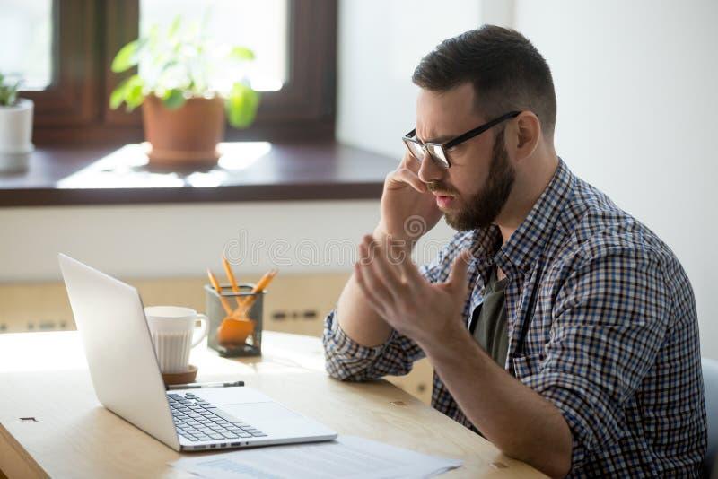 Frustrierter männlicher Angestellter, der Vertragsdetails über dem pH bespricht lizenzfreie stockfotos
