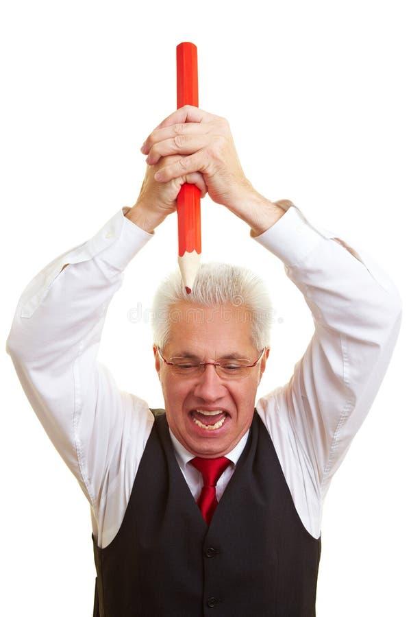 Frustrierter Manager mit rotem Bleistift stockfoto