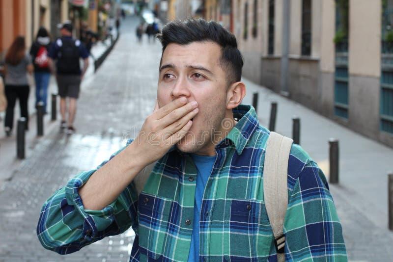 Frustrierter Mann, der einen Ausfall verwirklicht stockfotos