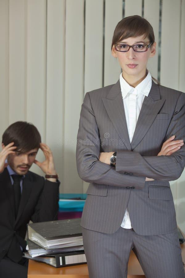 Frustrierter Mann durch Büroarbeit stockfotos