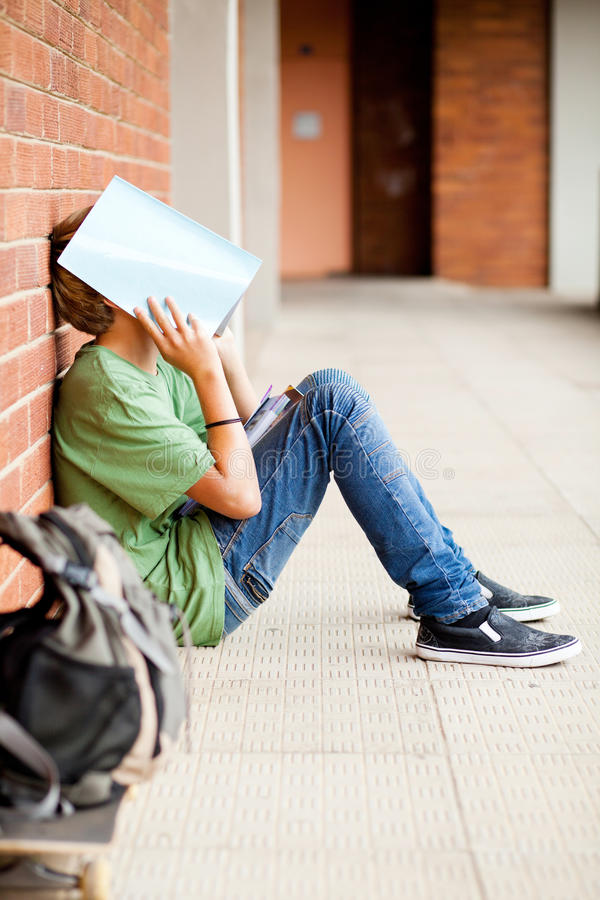 Frustrierter Schulejunge stockbild