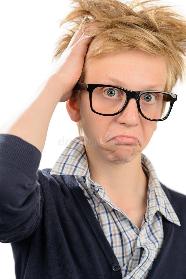 Frustrierter Sonderlingsjunge in den Aussenseitergläsern stockfoto