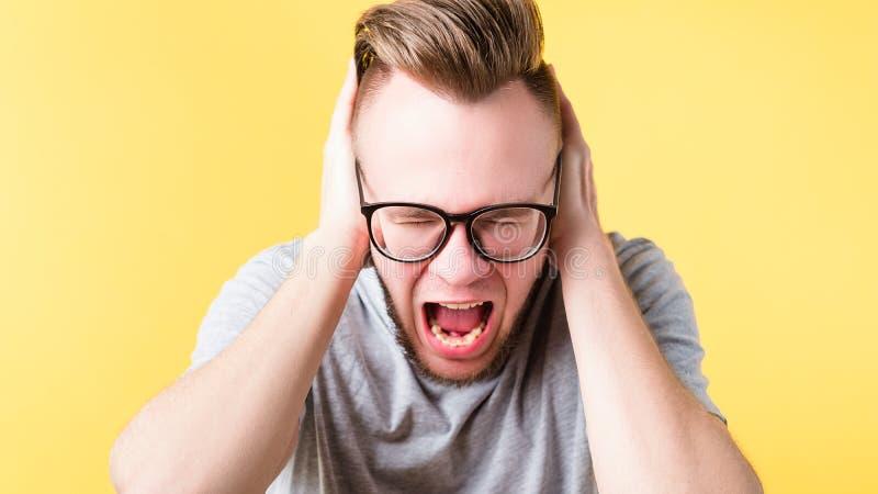 Frustriertes schreiendes emotionales Kerlporträt der Schmerz lizenzfreies stockbild