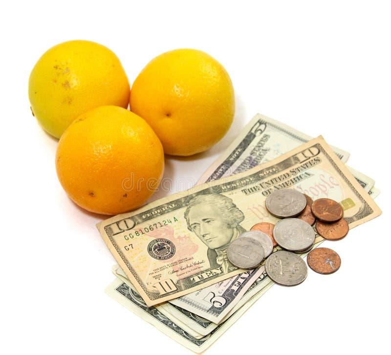 Fruta alaranjada com dinheiro fotografia de stock royalty free