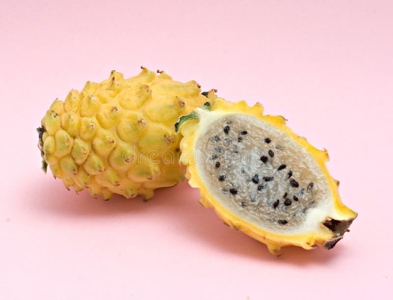 Fruta amarela do dragão e sua seção fotos de stock