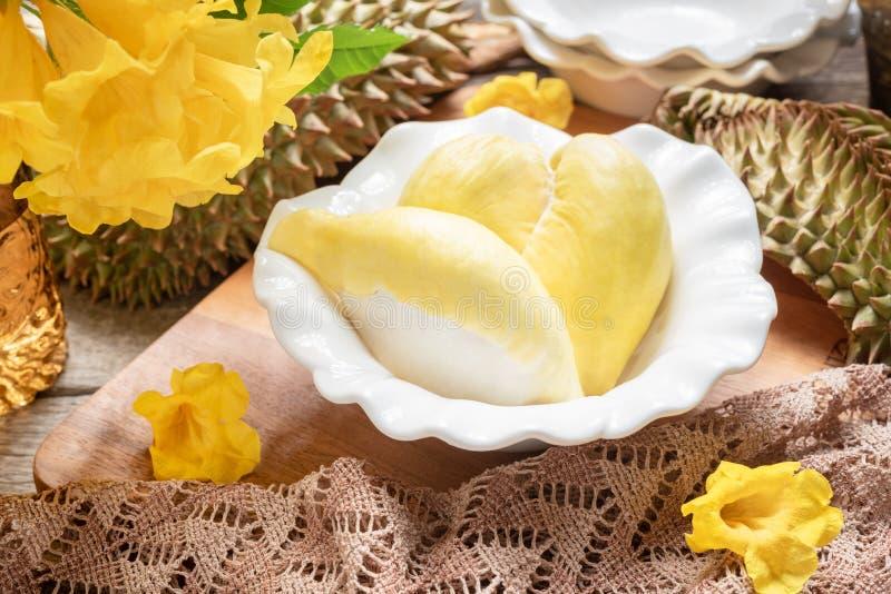 Fruta amarilla fresca del durian en un cuenco y adornar con las flores Concepto dulce del postre imagen de archivo libre de regalías