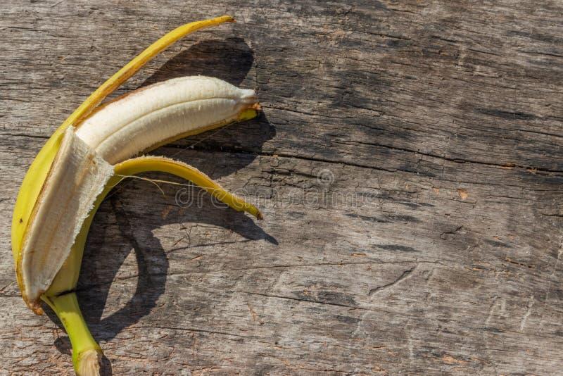 Fruta amarilla madura deliciosa del pl?tano en la tabla de madera r?stica fotos de archivo libres de regalías