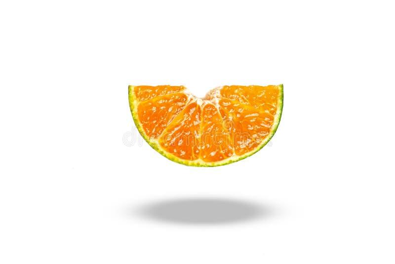 Fruta anaranjada del pedazo de la rebanada en el fondo blanco imagenes de archivo