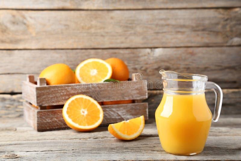 Fruta anaranjada en cajón fotos de archivo libres de regalías
