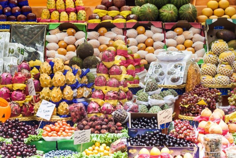 Fruta apilada en una parada foto de archivo