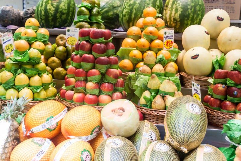 Fruta apilada en una parada imagen de archivo