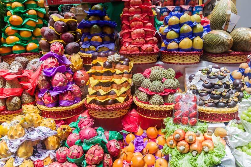 Fruta apilada en una parada fotografía de archivo