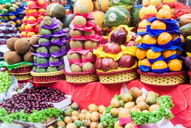 Fruta apilada en una parada fotos de archivo libres de regalías