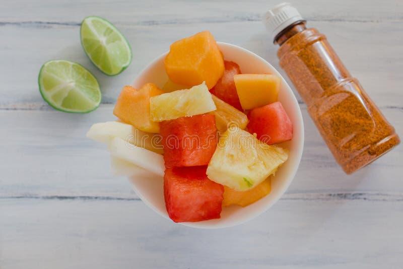 Fruta bedriegt Chili, Mexicaanse snack, Kom gezonde verse fruitsalade stock afbeelding
