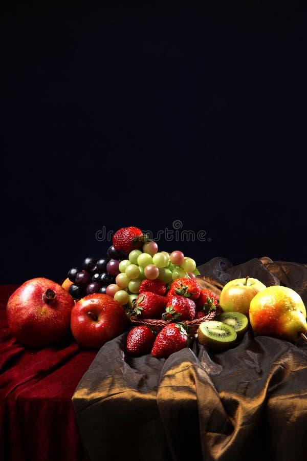 Fruta brillante jugosa, asperjada con agua, aún la vida de frutas estacionales y las bayas, copyspace imágenes de archivo libres de regalías