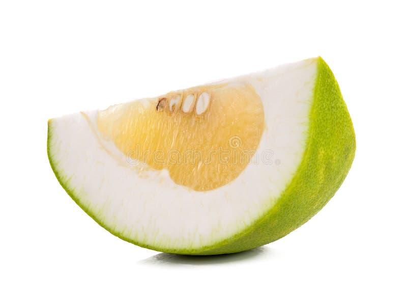Fruta cítrica del pomelo de la rebanada aislada en el fondo blanco foto de archivo