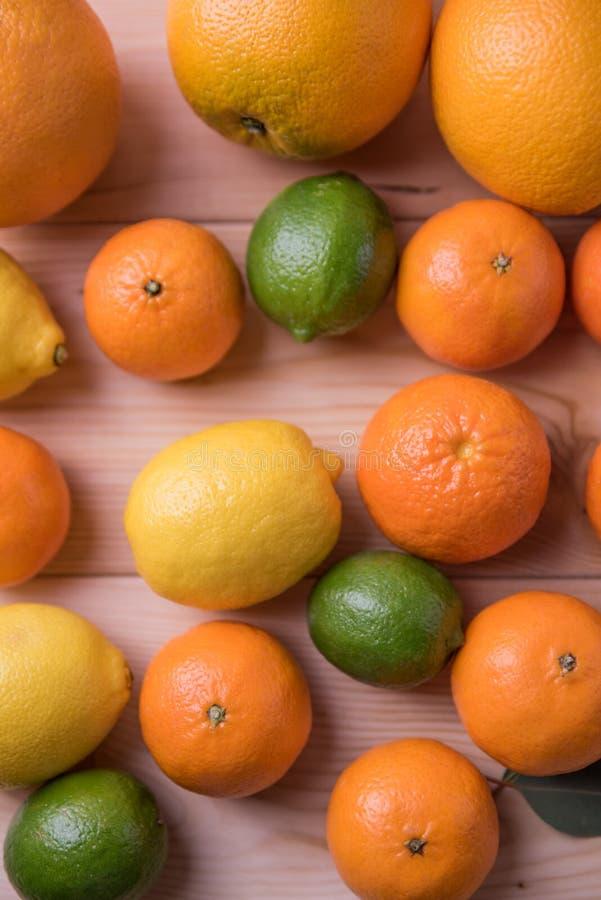 Fruta cítrica en la tabla imagenes de archivo
