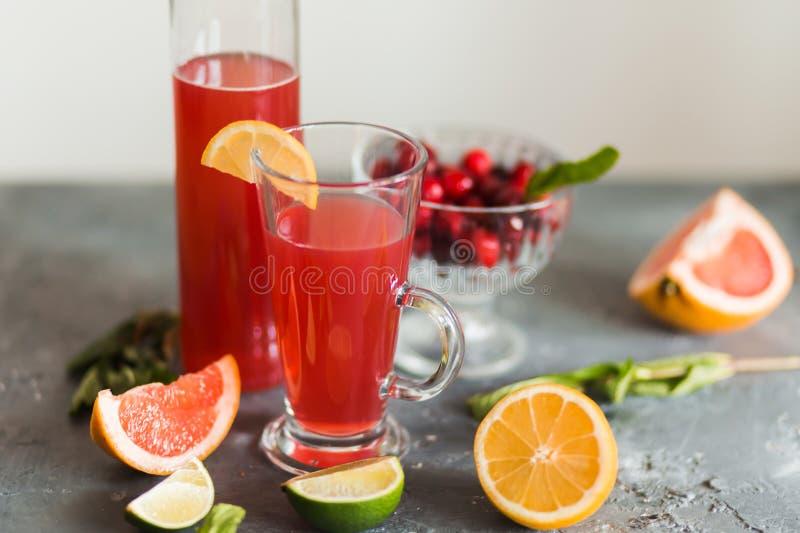 Fruta cítrica y limonada en la tabla en verano imagen de archivo