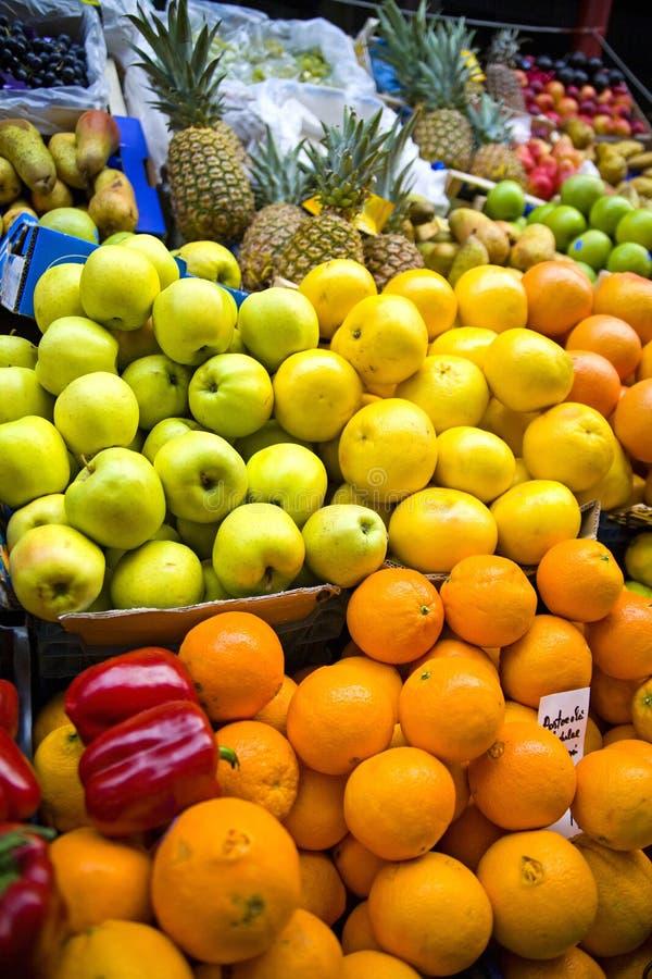 Fruta colorida no mercado imagens de stock royalty free