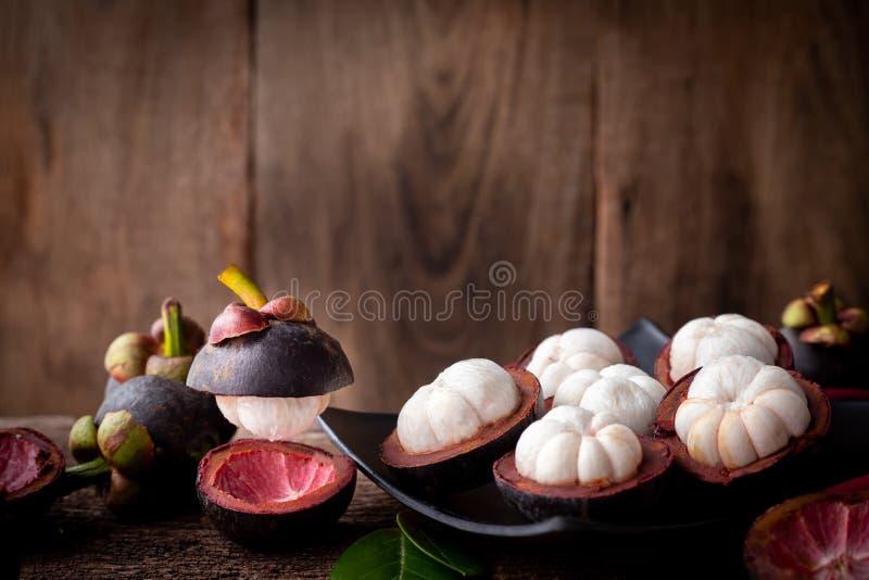 Fruta cortada del mangostán, fruta tropical asiática fotos de archivo libres de regalías