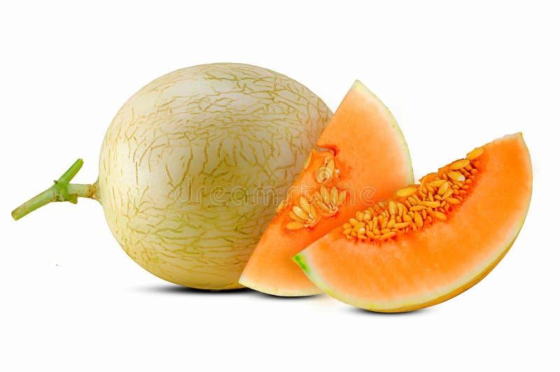 Fruta cortada del melón del cantalupo aislada en blanco fotografía de archivo