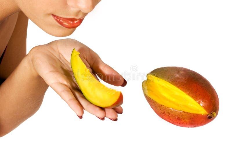 Fruta da manga da terra arrendada da menina fotos de stock royalty free