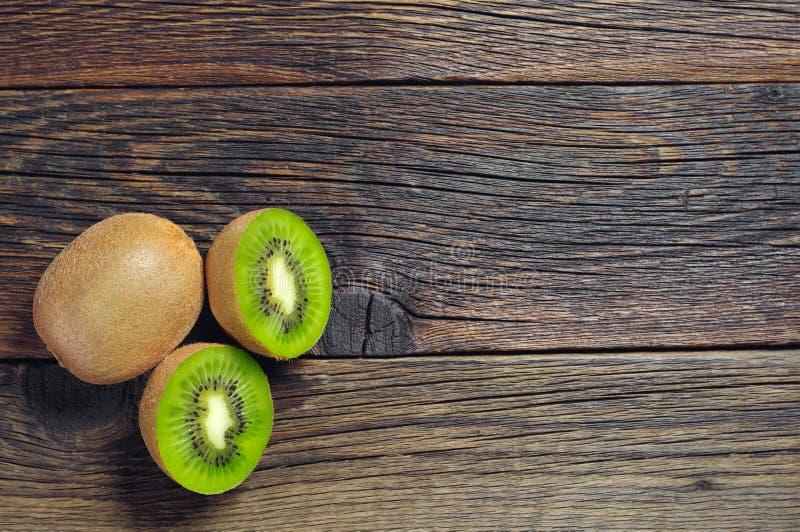 Fruta de kiwi con mitad fotos de archivo libres de regalías
