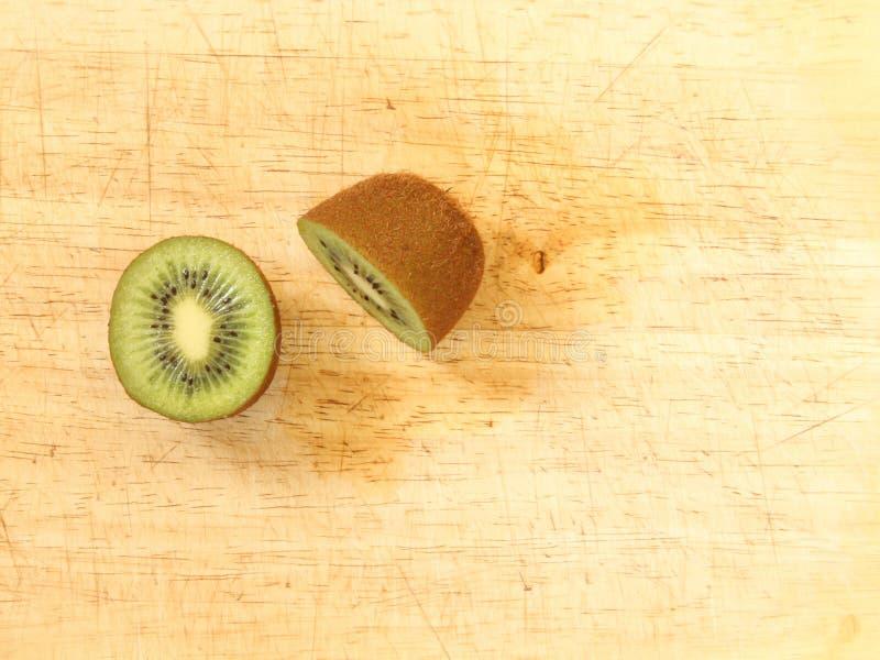 Fruta de kiwi cortada por la mitad imagen de archivo