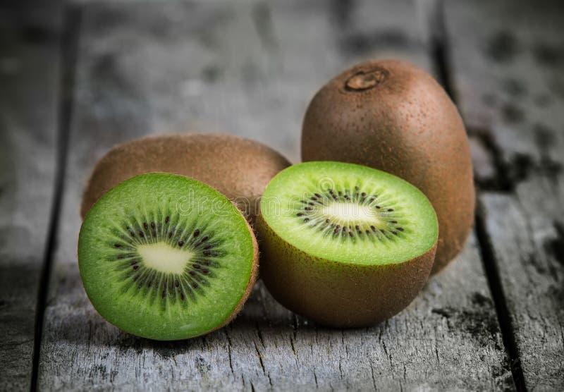 Fruta de kiwi en de madera viejo imagen de archivo