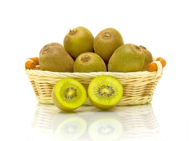 Fruta de kiwi en una cesta en un fondo blanco fotografía de archivo