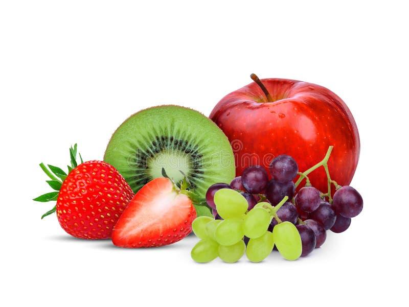 Fruta de kiwi, fresa, uva y manzana roja aisladas en blanco fotografía de archivo