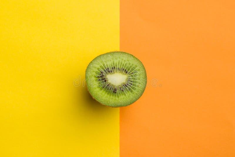 Fruta de kiwi partida en dos imagen de archivo