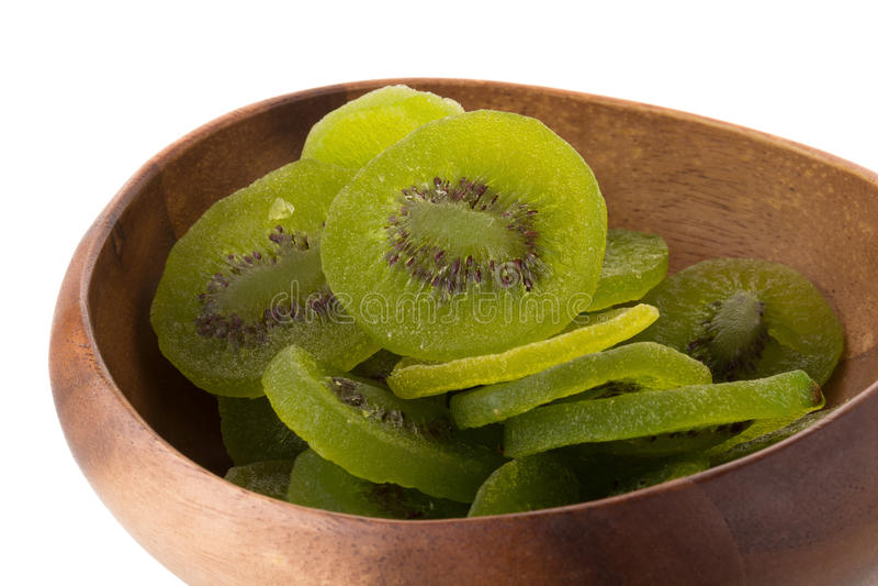 Fruta de kiwi secada en el cuenco de madera, kiwifru escarchado preservado secado imagen de archivo libre de regalías