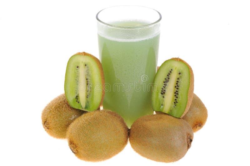 Fruta de kiwi y un vidrio de jugo imagenes de archivo