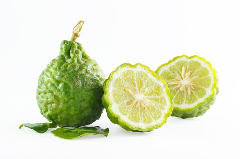 Fruta de la bergamota de la cáscara o cal áspera verde del cafre aislada en blanco fotos de archivo libres de regalías