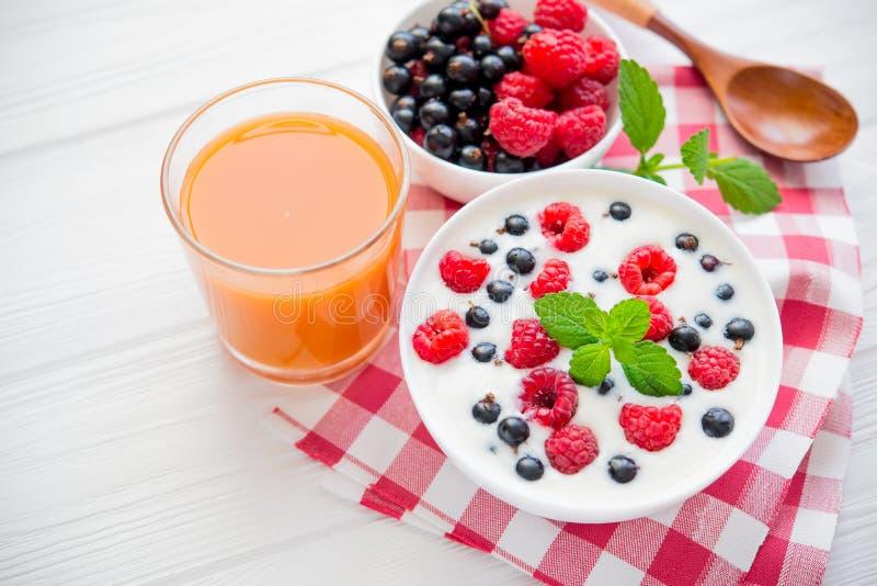 fruta de la frambuesa y menta fresca foto de archivo