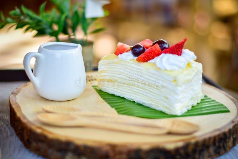 Fruta de la fresa y de la uva de la frescura y torta del crep? fotografía de archivo libre de regalías