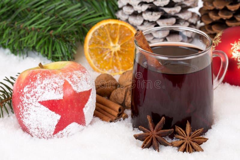 Fruta de la manzana del invierno y bebida reflexionada sobre del alcohol del vino en la Navidad fotografía de archivo libre de regalías