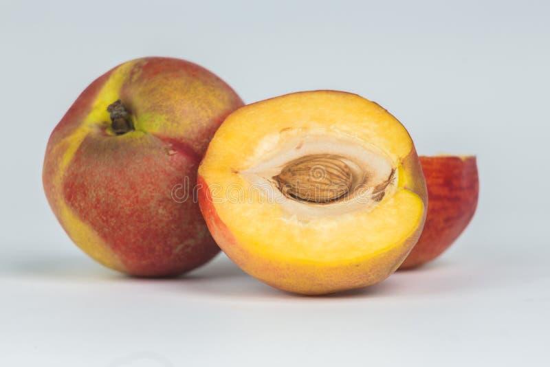 Fruta de la nectarina aislada en el recorte blanco del fondo fotografía de archivo libre de regalías