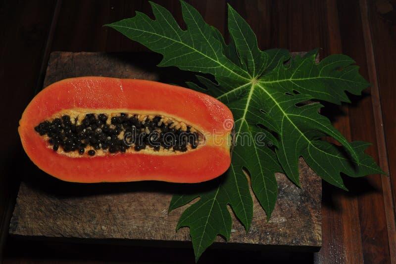 Fruta de la papaya en fondo negro fotos de archivo