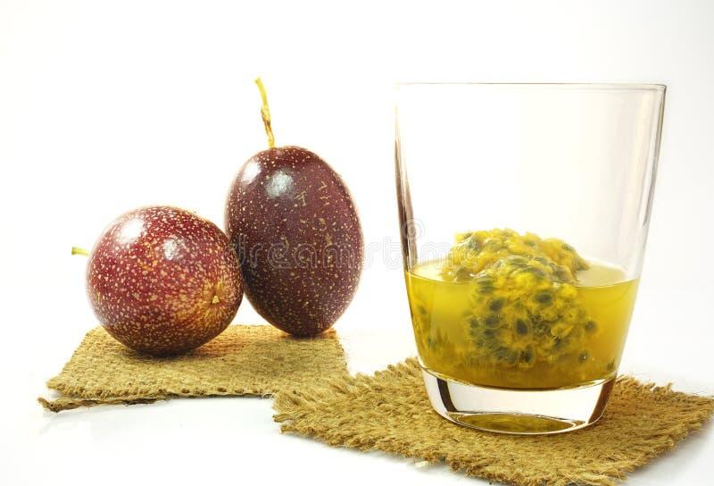 Fruta de la pasión y jugo de la fruta de la pasión foto de archivo libre de regalías