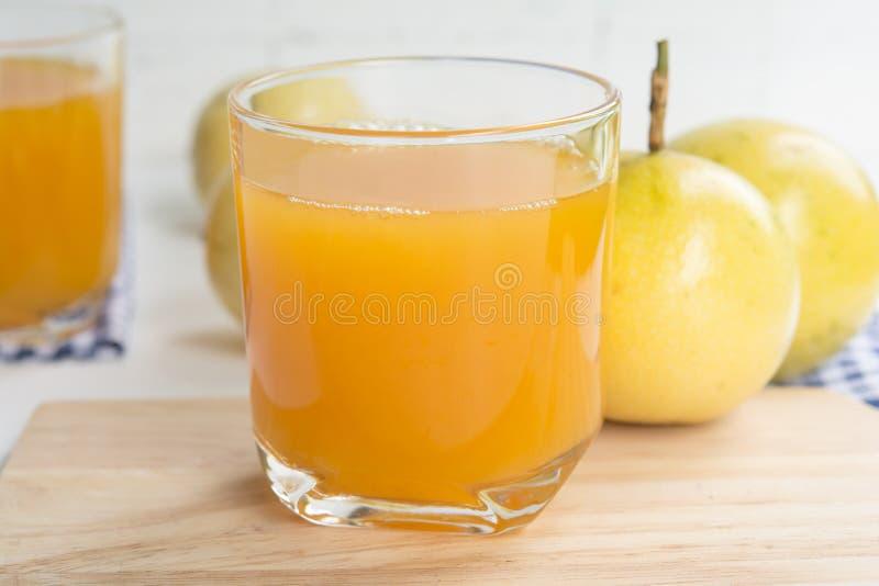 Fruta de la pasión y jugo en vidrio foto de archivo