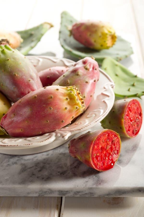 Fruta de la pera espinosa en el tazón de fuente imágenes de archivo libres de regalías