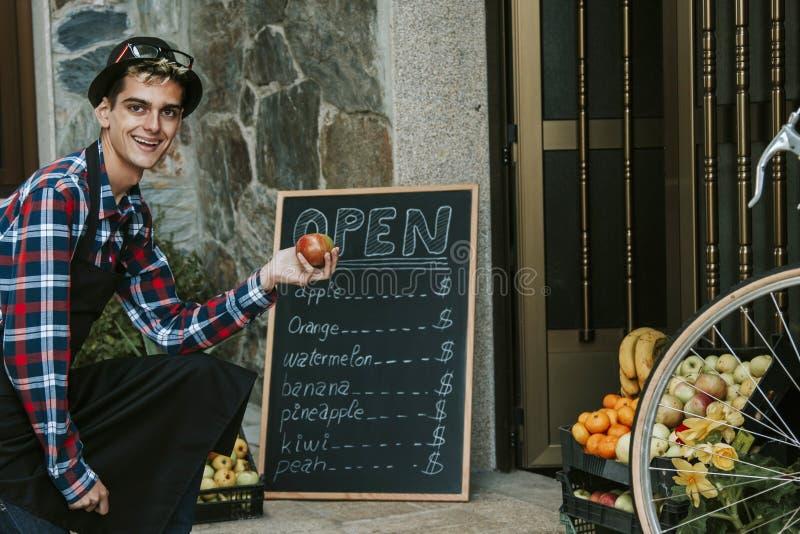 Fruta de la tienda del hombre imagen de archivo libre de regalías