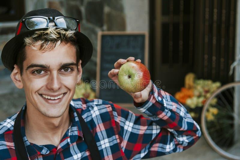 Fruta de la tienda del hombre imagenes de archivo