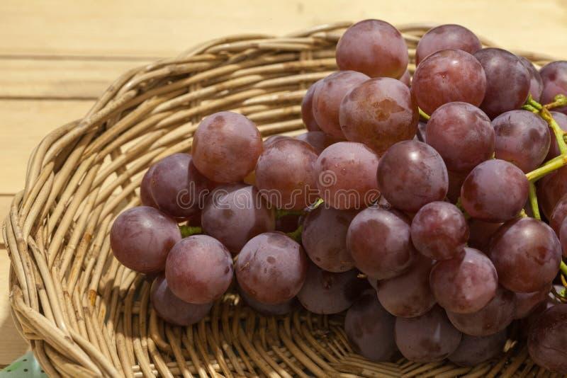 Fruta de las uvas en cesta imagenes de archivo